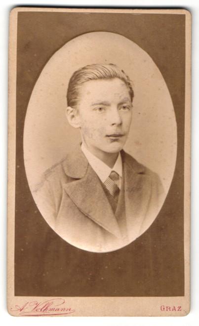 Fotografie A. Volkmann, Graz, Portrait junger Mann mit zurückgekämmtem Haar