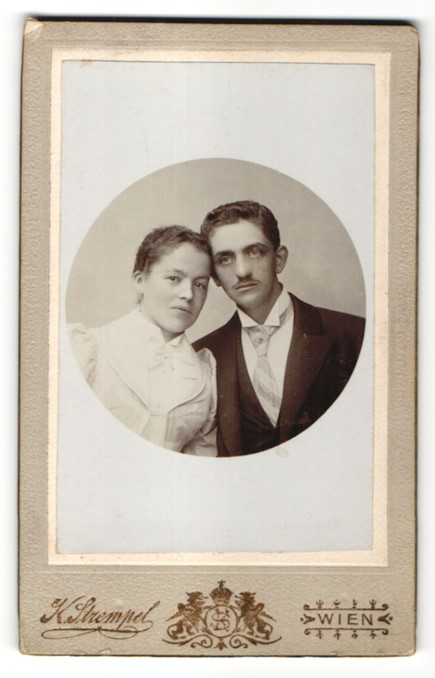 Fotografie K. Strempel, Wien, Portrait bürgerliches junges Paar