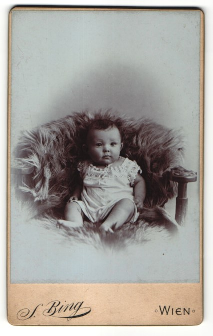 Fotografie S. Bing, Wien, Portrait Säugling mit nackigen Füssen