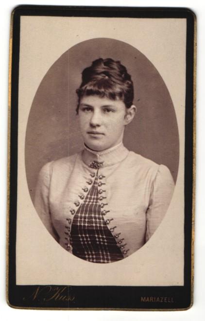 Fotografie N. Kuss, Mariazell, Portrait Fräulein mit hochgebundenem Haar