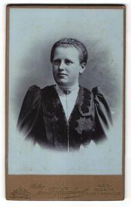 Fotografie Arnold Hirnschrodt, Ried, Portrait Dame mit zurückgebundenem Haar
