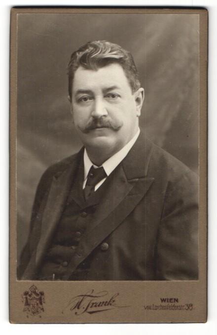 Fotografie H. Frank, Wien, Portrait bürgerlicher Herr mit Schnauzbart