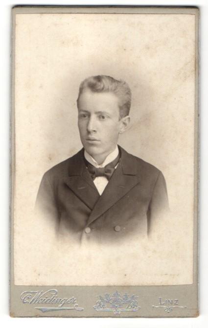 Fotografie C. Weidinger, Linz, Portrait junger Herr in Anzug
