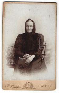 Fotografie S. Bing, Wien, Portrait Greisin mit Kopftuch