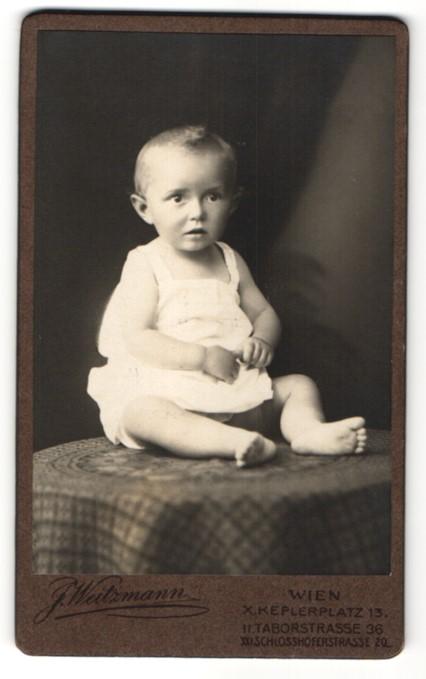 Fotografie J. Weitzmann, Wien, Portrait Kleinkind mit nackigen Füssen