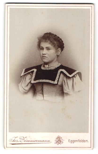 Fotografie Jos. Zimmermann, Eggenfelden, Portrait Bürgerliche in hellem Kleid mit dunklem Kragen
