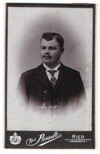 Fotografie Karl Posselt, Ried i. Innkreis, Portrait Bürgerlicher im Anzug mit Krawatte