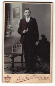 Fotografie Karl Posselt, Ried i. Innkreis, Portrait junger Mann mit Zigarette