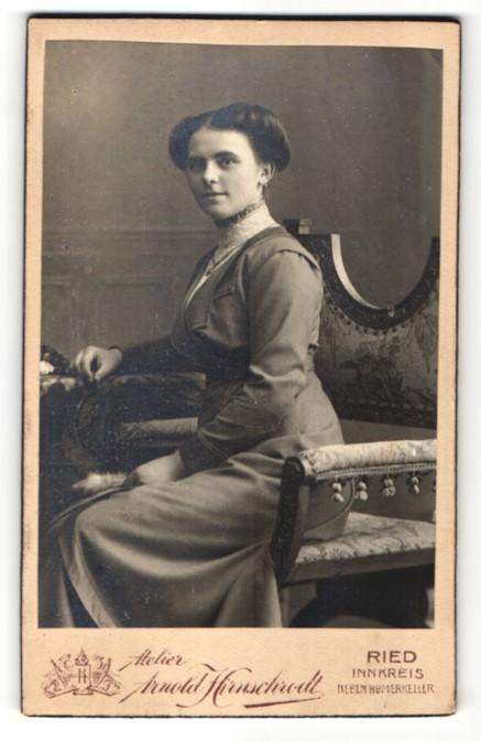 Fotografie Atelier Arnold Hirnschrodt, Ried i. Innkreis, Portrait elegante Dame auf einem Stuhl