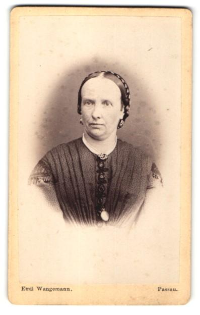 Fotografie Emil Wangemann, Passau, Frau in schwarzem Kleid mit Brosche