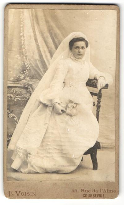 Fotografie E. Voisin, Courbevoie, junge Frau im Brautkleid mit ...