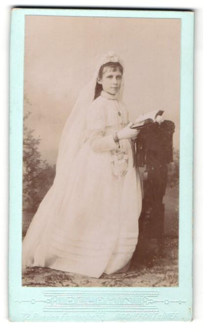 Fotografie E. Monastier, Rochefort, junge Frau im Brautkleid mit ...