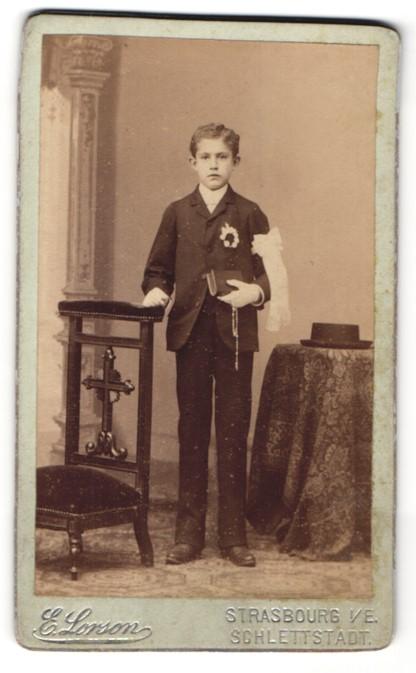 Fotografie Emile Lorson, Strasbourg, Junge im Anzug mit Bibel nach der Konfirmation