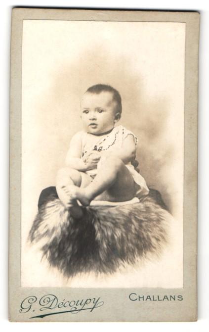Fotografie G. Découpy, Challans, Portrait Säugling mit nackigen Füssen