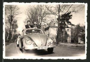 Fotografie Auto VW Käfer, Männer im Volkswagen PKW mit Faltdach