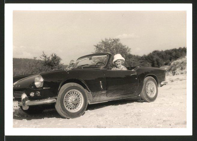 Fotografie Auto Triumph Spitfire, Hausfrau sitzt am Steuer des Sportwagen's