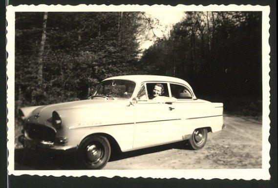 Fotografie Auto Opel Rekord, Hausfrau sitzt am Steuer des PKW