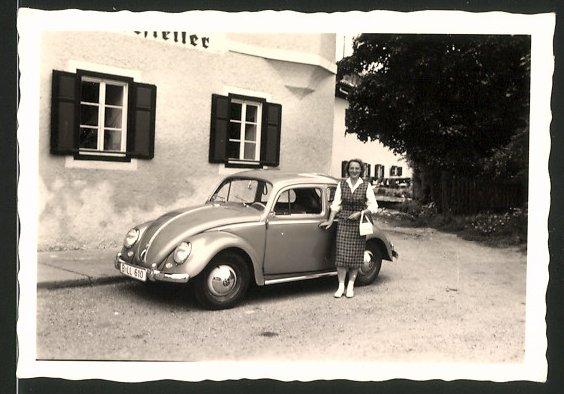 Fotografie Auto VW Käfer, Hausfrau steht neben Volkswagen PKW
