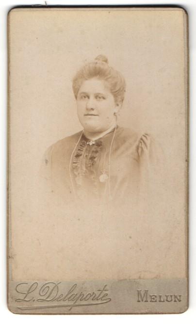 Fotografie L. Delaporte, Melun, Portrait Frau mit Hochsteckfrisur