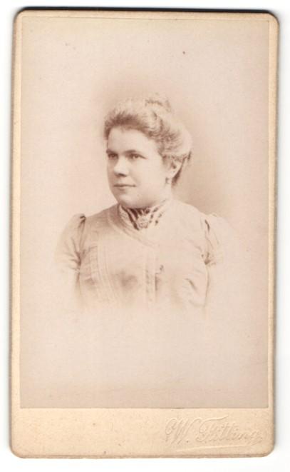 Fotografie William Fitting, Paris, Portrait Frau mit Hochsteckfrisur