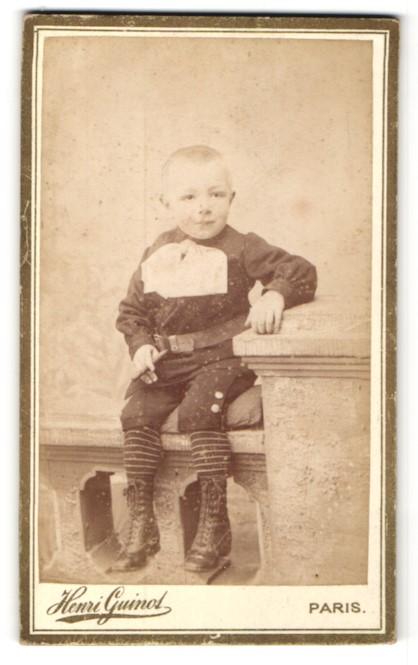 Fotografie Henri Guinot, Paris, Portrait kleiner Knabe in feierlicher Kleidung