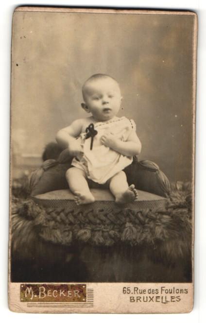 Fotografie M. Becker, Bruxelles, Portrait Säugling mit nackigen Füssen