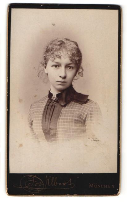 Fotografie Jos. Albert, München, Portrait hübsches Mädchen mit Locken und Brosche am Kragen