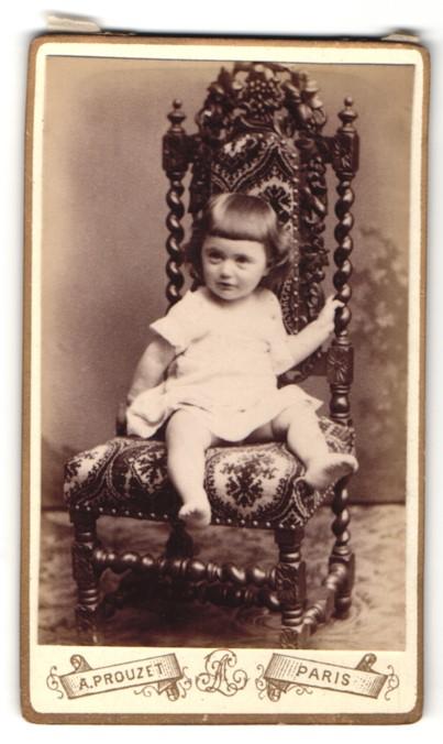 Fotografie A. Prouzet, Paris, kleines Mädchen im Kleid auf Stuhl ...