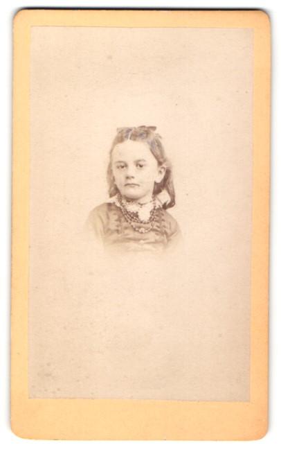 Fotografie J. Tourtin, Paris, Portrait kleines Mädchen mit Halskette
