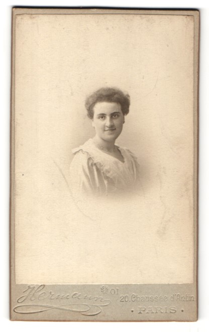 Fotografie Hermann, Paris, Portrait hübsche junge Frau im weissen Kleid