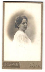 Fotografie J. Sylvestre, Lyon, Portrait junge hübsche Frau in weisser Bluse