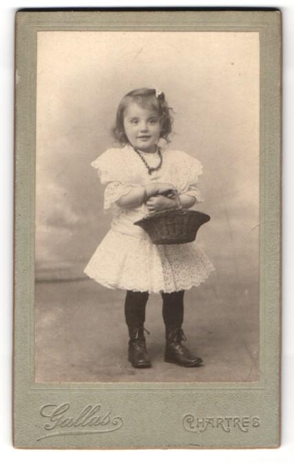 Fotografie Gallas, Chartres, kleines Mädchen im Kleid mit Korb Nr ...