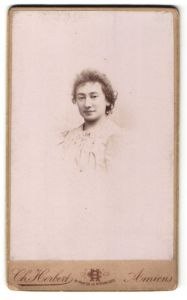 Fotografie Ch. Herbert, Amiens, Portrait junge Frau in weisser Bluse