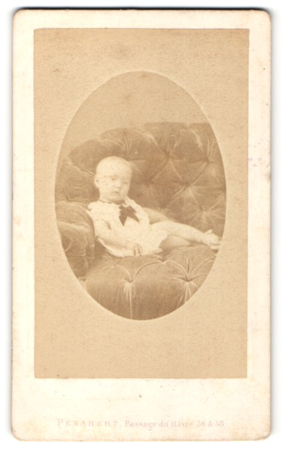 Fotografie Penabert, Paris, Portrait Kleinkind auf Sofa
