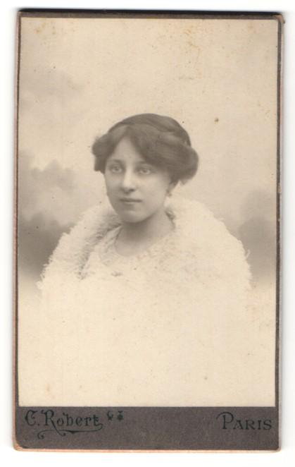 Fotografie C. Robert, Paris, Portrait junge Dame mit Hochsteckfrisur