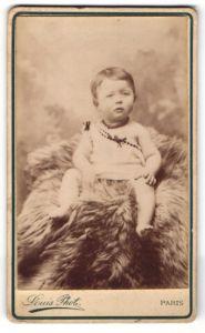 Fotografie Louis, Paris, Baby auf Felldecke sitzend