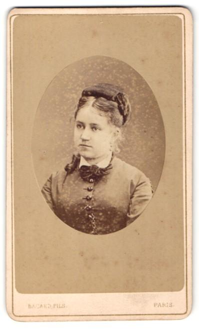 Fotografie Bacard, Paris, Portrait hübsche junge Frau mit Hochsteckfrisur