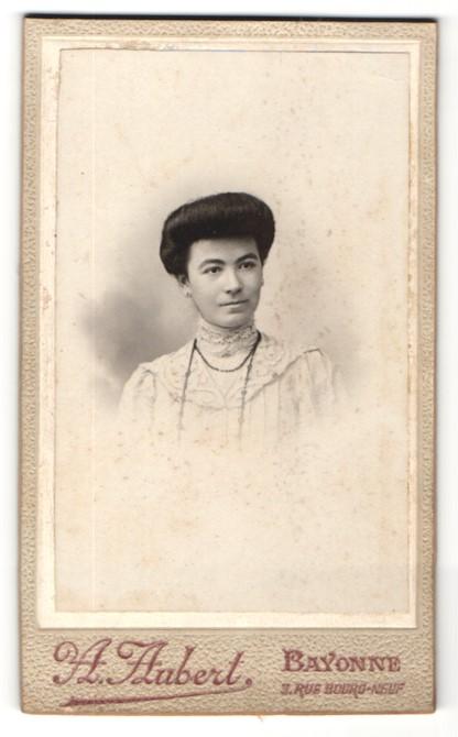 Fotografie A. Aubert, Bayonne, Portrait hübsche junge Frau mit Halskette