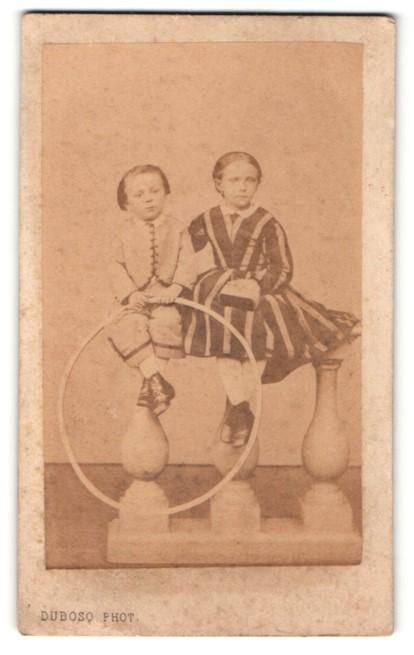 Fotografie Dubosq, Abbeville, Portrait Mädechen und kleiner Knabe mit Holzreifen
