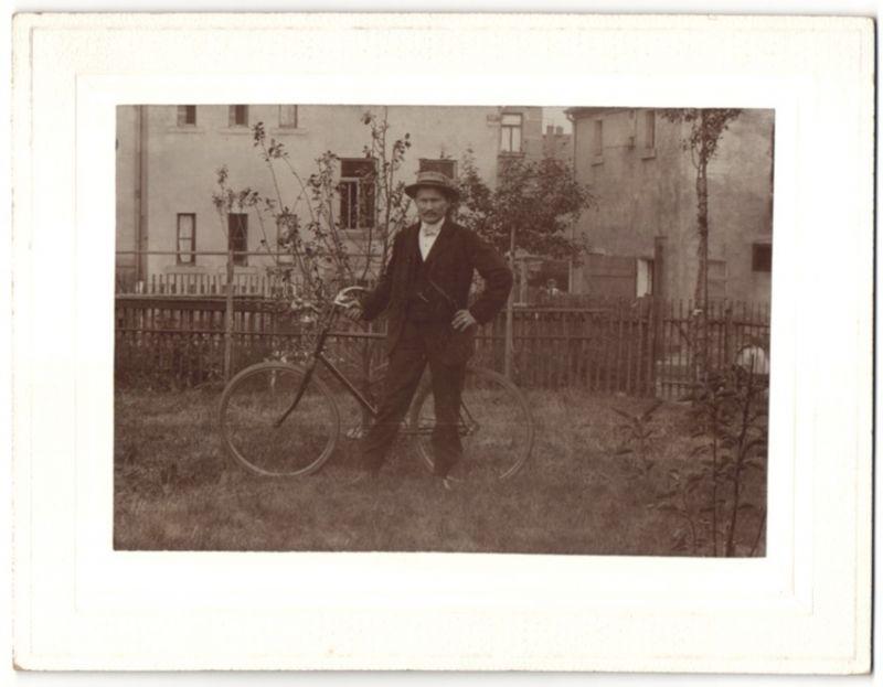 Fotografie Radfahrer mit Fahrrad im Garten