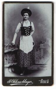 Fotografie J. Ohlenschlager, Wien, Portrait Maid in Tracht mit geflochtenem Zopf