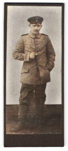 Fotografie unbekannter Fotograf und Ort, Soldat in Feldgrau
