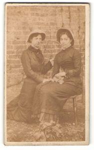 Fotografie unbekannter Fotograf und Ort, zwei junge Damen im Freien mit Hüten