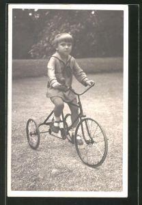 Foto-AK Kleinkind auf einem Dreirad