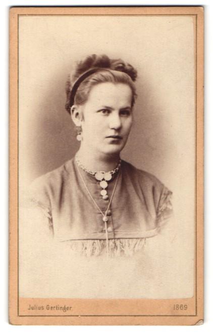 Fotografie Julius Gertinger, Wien, Portrait hübsche junge Frau mit Haarband, Halskette und Brosche