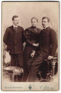 Fotografie C. Pietzner, Wien, junge Herren mit hübscher Dame im Kleid