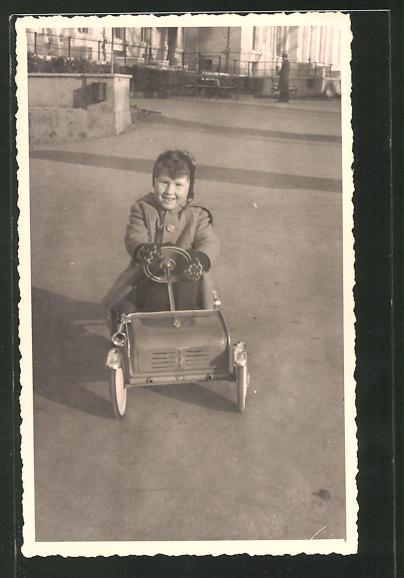 AK Kleiner Junge fährt mit einem Spielzeugauto