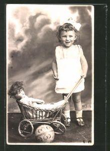 Foto-AK Mädchen steht neben ihrem Puppenwagen