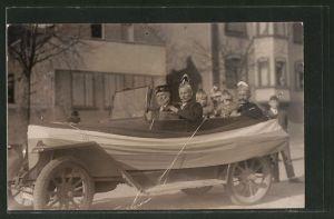 Foto-AK Männer sitzen zu Fasching in einem Auto