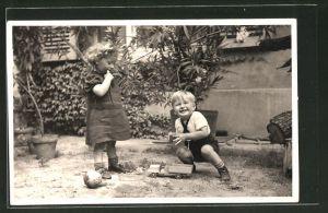 Foto-AK Kinder spielen mit Holzspielzeug